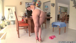 Alexis Breeze shows off her stellar rear-end